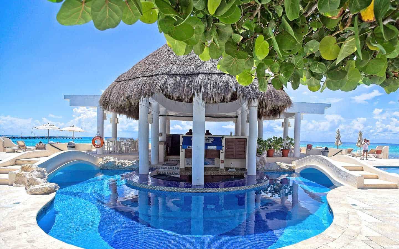 Xaman Ha pool. Swim-up bar